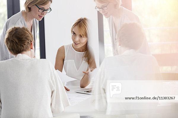 Geschäftsfrauengespräch im Konferenzraum
