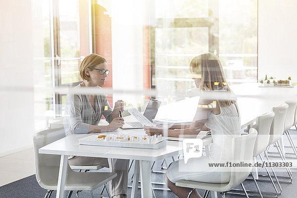 Treffen von Architektinnen im Konferenzraum