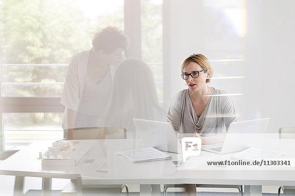 Arbeitstreffen der Geschäftsfrauen im Konferenzraum