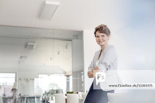 Portrait lächelnde Geschäftsfrau im Konferenzraum