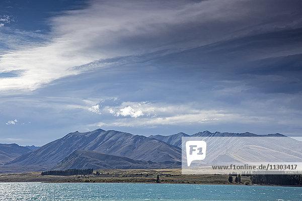 Berge jenseits des sonnigen Sees  Lake Tekapo  Südinsel  Neuseeland