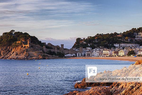 Spanien,  Costa Brava,  Tossa de Mar,  Stadt und Mittelmeerküste bei Sonnenaufgang