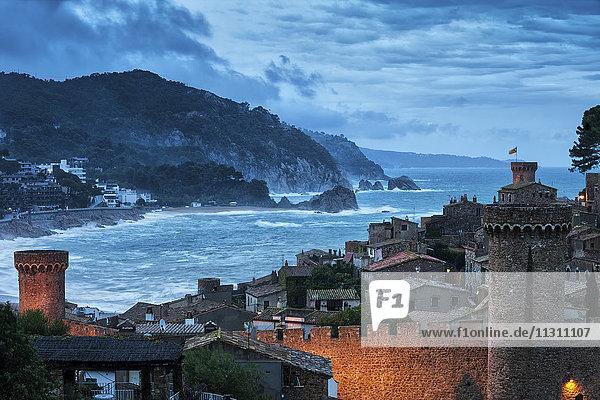 Spanien  Costa Brava  Tossa de Mar  Altstadt bei Dämmerung
