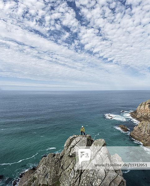 UK  Cornwall  Frau auf dem Gipfel der Commando Ridge Kletterroute