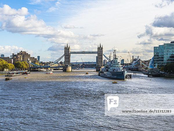 UK  London  Blick auf das Museumsschiff HMS Belfast auf der Themse mit Tower Bridge im Hintergrund