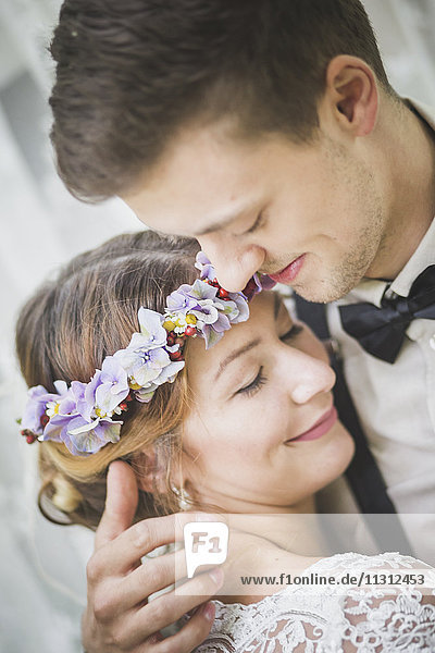 Nahaufnahme von Braut und Bräutigam umarmend