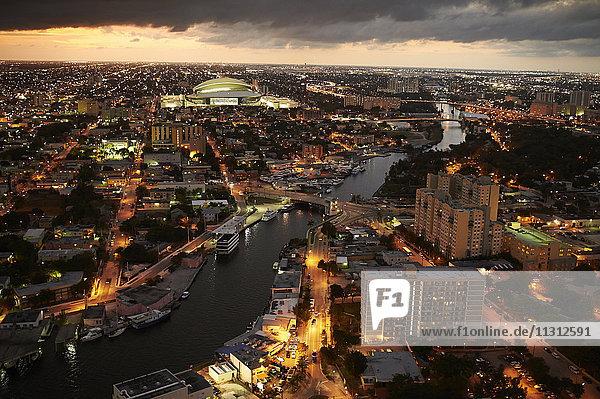 USA  Miami  Blick auf die beleuchtete Stadt am Abend von oben gesehen