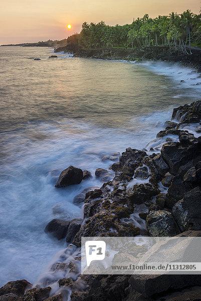 USA  Vereinigte Staaten  Amerika  Hawaii  Big Island  Puna District  Sunset along coastline