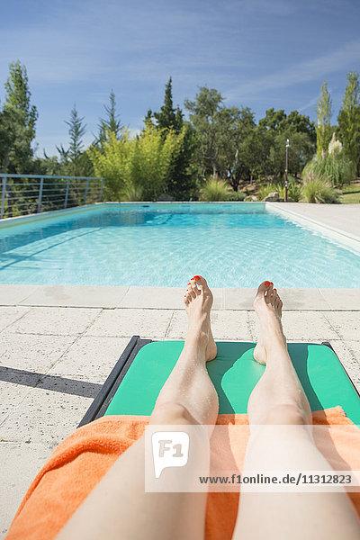 Frau bräunt im Schwimmbad