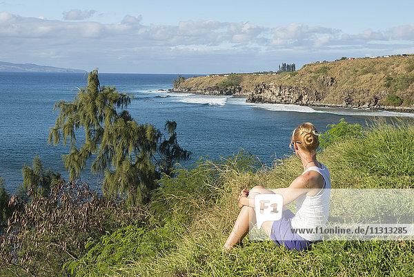 USA  Vereinigte Staaten  Amerika  Hawaii  Maui  Kaanapali  Coast near Kapalua  girl on beach overlooking bay MR