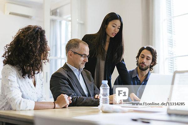 Geschäftsleute mit einer Besprechung im Büro