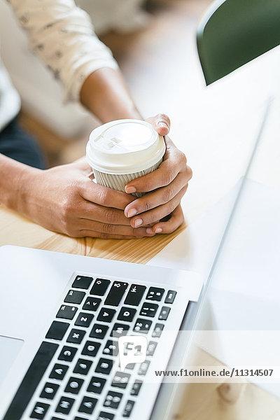 Frau im Amt mit einer Tasse Kaffee