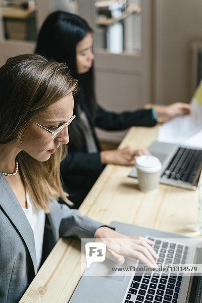 Zwei Geschäftsfrauen arbeiten zusammen im Büro
