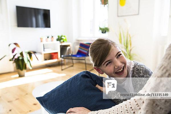 Glückliche Tochter schaut Mutter zu Hause an.