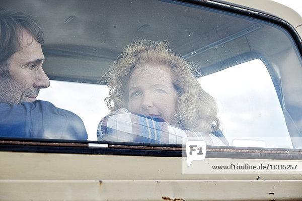 Paar im Kleinlastwagen