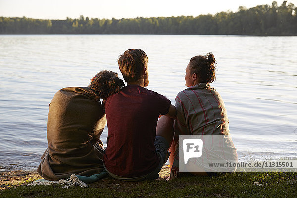 Freunde sitzen am See