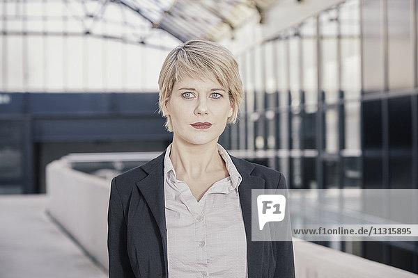 Porträt einer blonden Geschäftsfrau