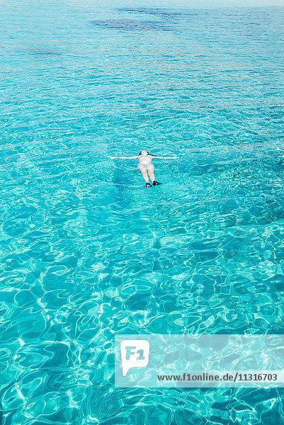 Griechenland  Milos  Frau auf dem Wasser schwimmend