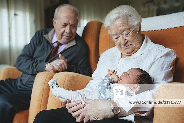 Urgroßeltern betreuen Urenkelin zu Hause