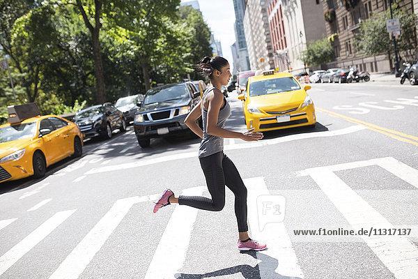 USA  New York City  Frau  die auf der städtischen Straße läuft