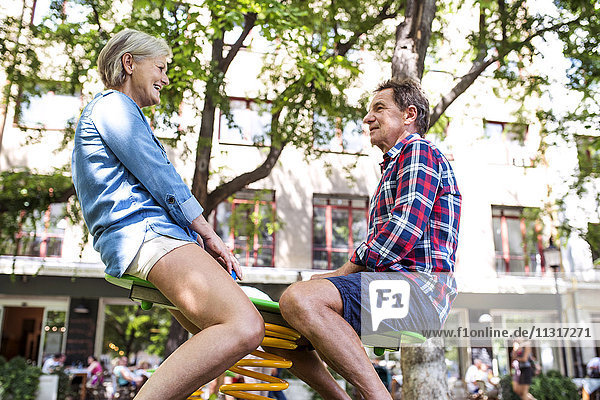 Seniorenpaar hat Spaß mit Rocker auf dem Spielplatz