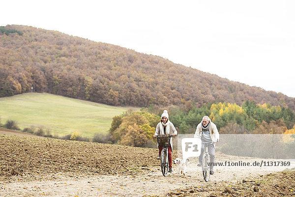 Seniorenpaar bei einer Fahrradtour mit Hund