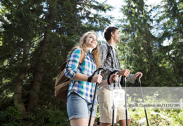 Junges Paar auf Wanderung im Wald