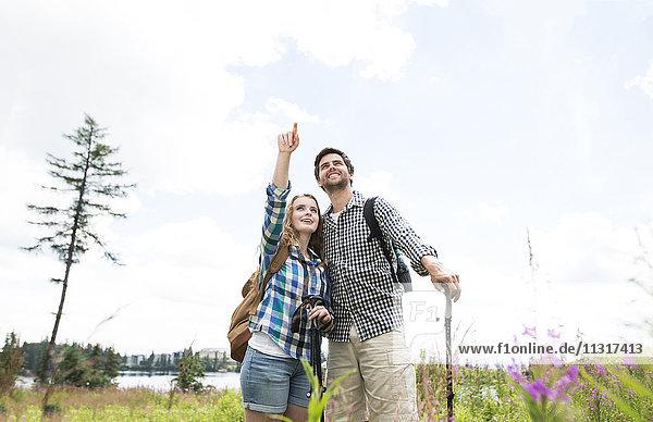 Junges Paar auf Wanderung