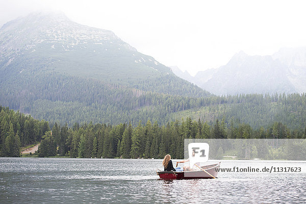 Junges Paar im Ruderboot auf dem See