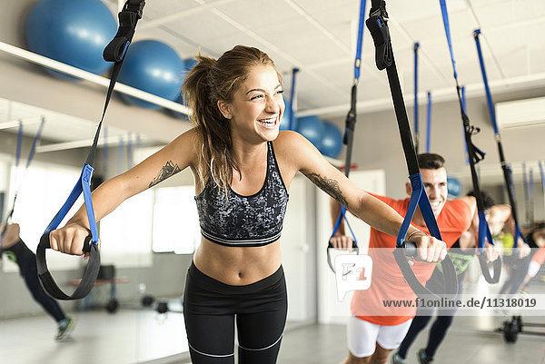 Leute  die im Fitnessstudio trainieren.