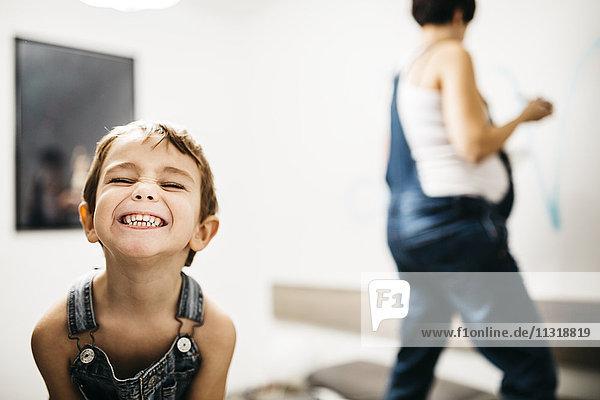 Porträt des grinsenden kleinen Jungen zu Hause