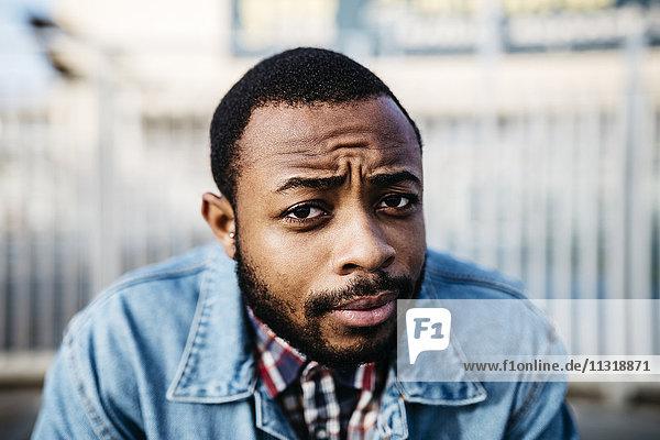 Porträt eines skeptischen jungen Mannes