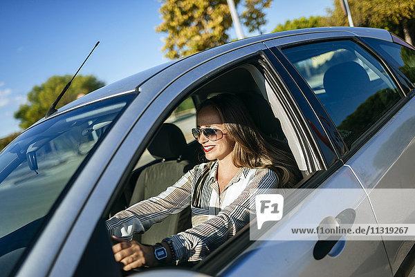 Lächelnde Frau beim Autofahren