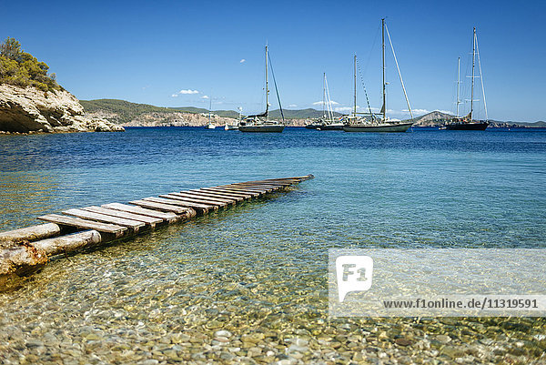 Spanien  Ibiza  Steg in der Bucht mit Segelbooten