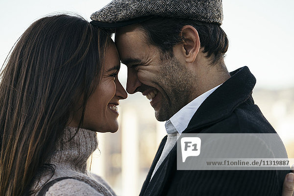 Paar in Liebe Kopf an Kopf