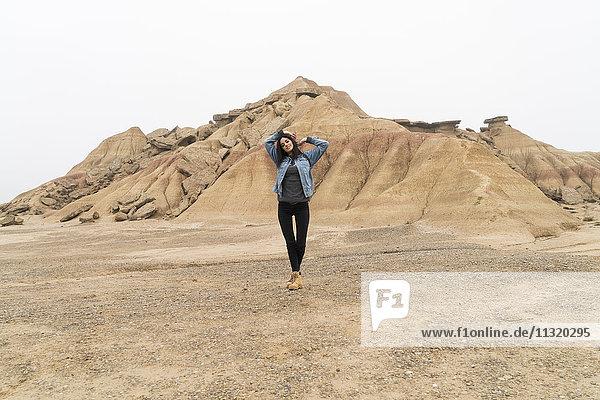 Spanien  Navarra  Bardenas Reales  junge Frau posiert im Naturpark
