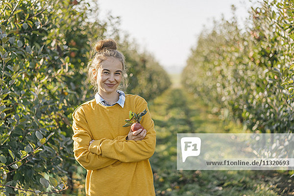 Porträt der lächelnden jungen Frau Apfelgarten