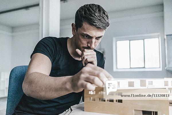 Architekt bei der Arbeit am Architekturmodell