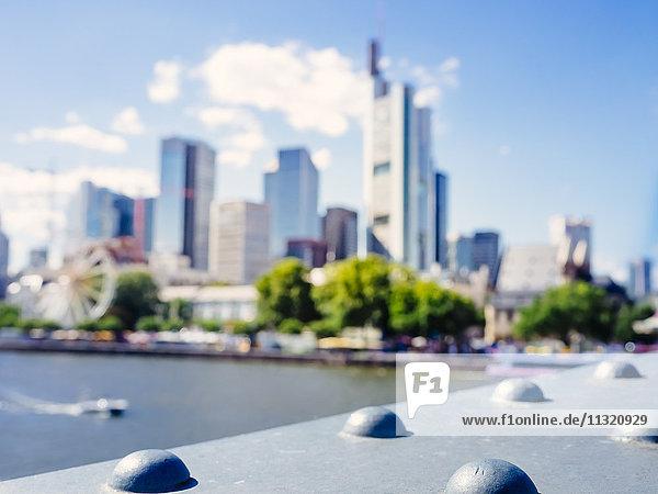 Deutschland  Frankfurt  verschwommener Blick auf die Skyline von Eiserner Steg