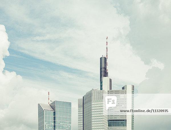 Deutschland  Frankfurt  obere Teile zweier Wolkenkratzer vor dramatischen Wolken