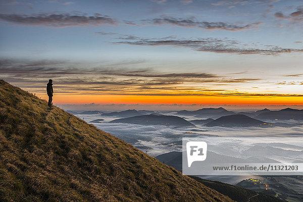 Italien  Umbrien  Apennin  Wanderer auf dem Monte Acuto bei Sonnenaufgang