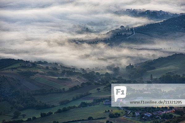 Italien  Marken  Apenninen  Luftaufnahme der Täler mit Nebel bei Sonnenaufgang