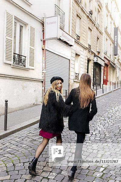 Frankreich  Paris  zwei junge Frauen auf den Straßen von Montmartre