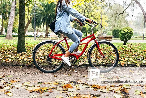 Junge Frau beim Radfahren im Park