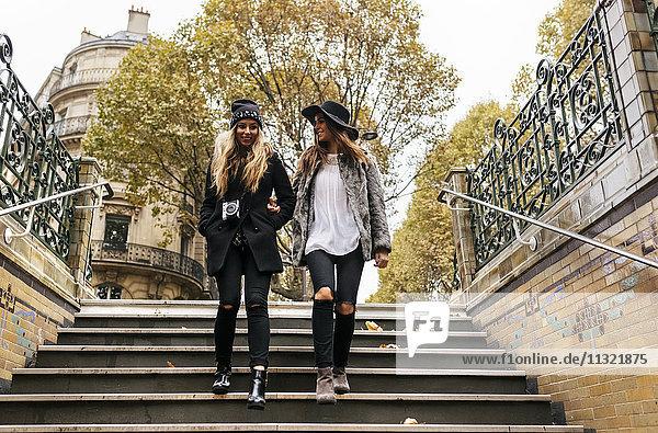Paris  Frankreich  zwei junge Frauen  die die Treppe hinuntergehen.
