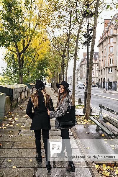 Paris,  Frankreich,  zwei Frauen,  die an der Seine spazieren gehen.