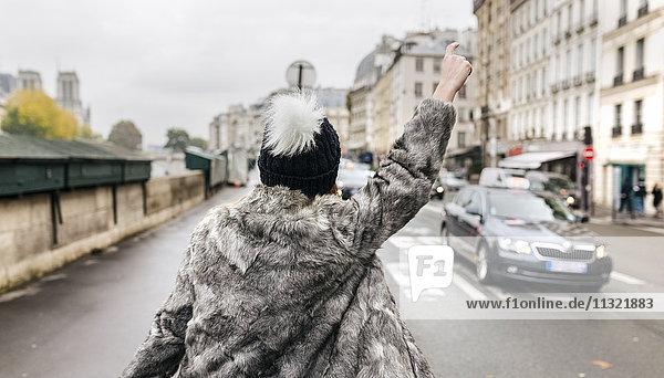 Frankreich  Paris  Rückansicht einer jungen Frau beim Taxifahren