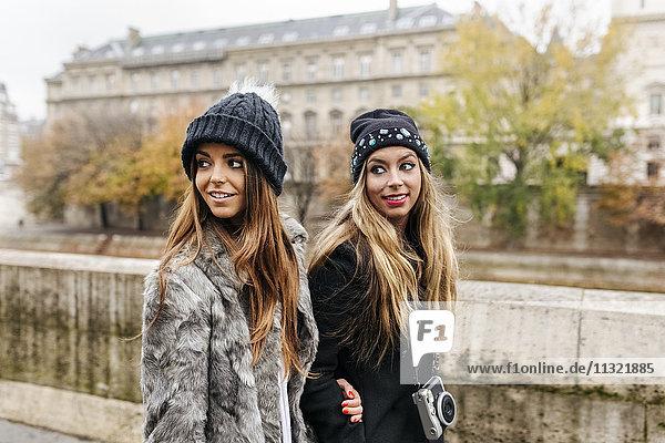 Paris  Frankreich  zwei Frauen  die an der Seine spazieren gehen.