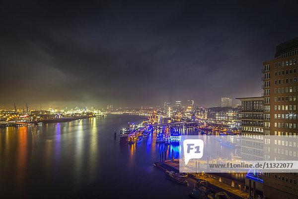 Deutschland  Hamburg  Blick von der Aussichtsplattform der Elbphilharmonie auf die Landestationen bei Nacht