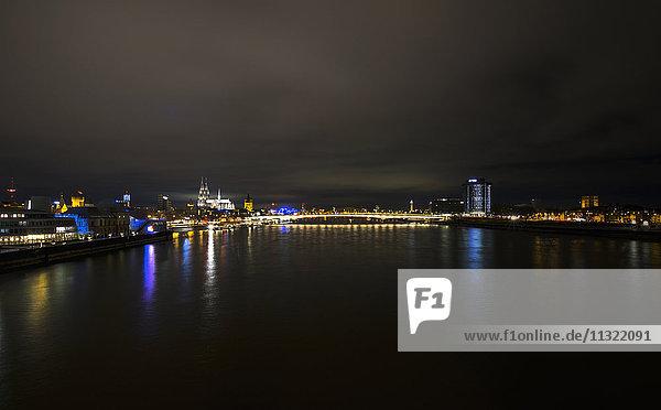 Deutschland  Köln  Blick von der Severinsbrücke auf den Kölner Dom und die Hohenzollernbrücke bei Nacht